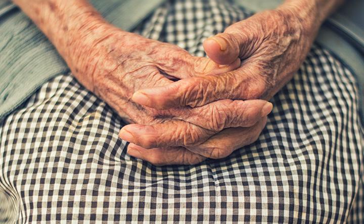 Le piccole attività quotidiane che possono allungare la vita negli anziani malati di cancro